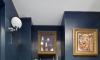Glamorous bathroom boudoir with rich blue walls and gold accents —Hove